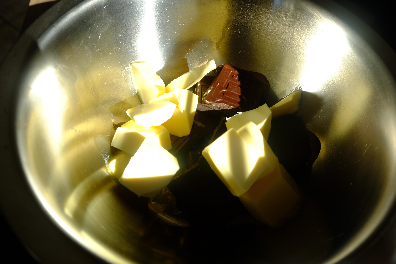butter und Blockschokolade schmelzen
