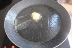 Butter in eine Pfanne geben