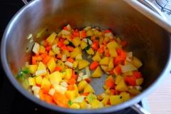 Gemüse und Kartoffel zugeben