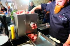 Das Fleisch für die Salami wird gewolft