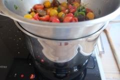 Tomaten auf den Topf setzen