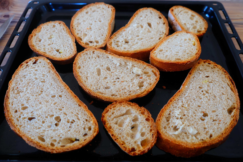das Brot trocknen