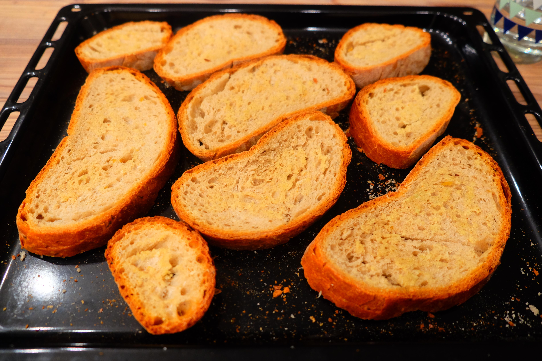 das getrocknete Brot mit Knoblauch einreiben